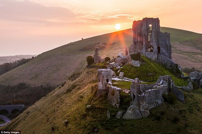 Ám ảnh trước những lâu đài bị bỏ hoang trên thế giới - hình ảnh 19