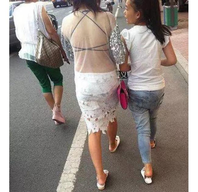 Váy áo mỏng tang, siêu ngắn gây đỏ mặt của con gái Trung Quốc - hình ảnh 14