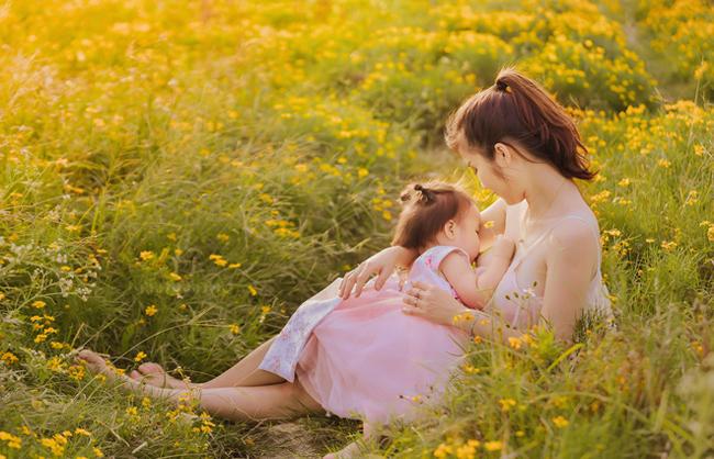 """Khoảnh khắc """"vén váy"""" cho con bú đẹp đến nao lòng của các bà mẹ - hình ảnh 4"""
