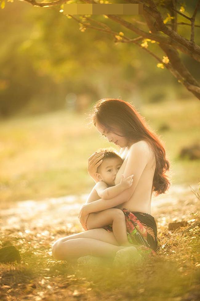 """Khoảnh khắc """"vén váy"""" cho con bú đẹp đến nao lòng của các bà mẹ - hình ảnh 6"""