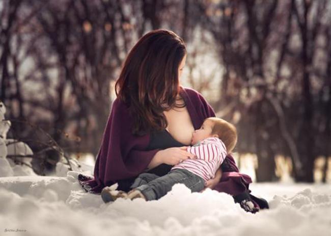 """Khoảnh khắc """"vén váy"""" cho con bú đẹp đến nao lòng của các bà mẹ - hình ảnh 14"""