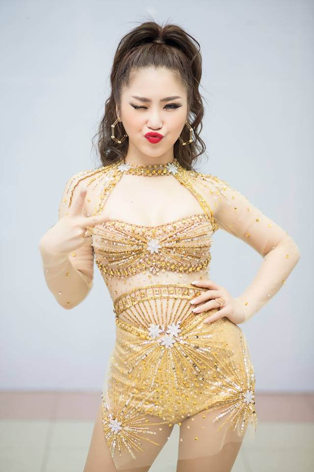 Phong cách táo bạo của dàn mỹ nữ Việt công khai bị gạ tình bạc triệu - hình ảnh 6