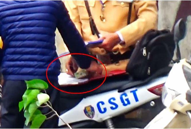 """CSGT Hà Nội tạm đình chỉ cán bộ, xác minh clip """"mãi lộ"""" - 1"""