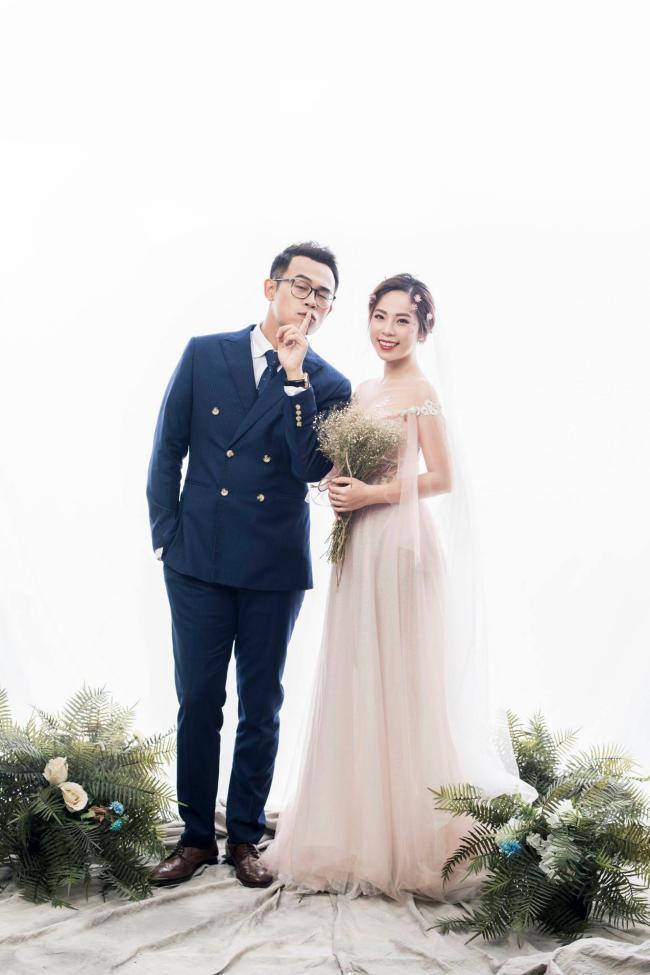 """MC """"Chúng tôi là chiến sĩ"""" tung ảnh cưới với nữ biên tập viên xinh đẹp - hình ảnh 2"""
