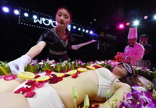Mẫu nude bàn tiệc sushi kể về sự cố xấu hổ khi gặp khách ăn chay - hình ảnh 3