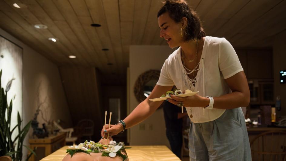 Mẫu nude bàn tiệc sushi kể về sự cố xấu hổ khi gặp khách ăn chay - hình ảnh 1