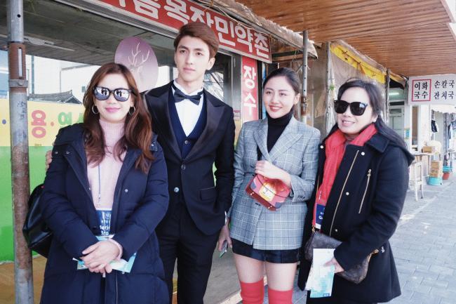 Sau nghi án hẹn hò, Văn Mai Hương – Bình An nắm tay nhau đi gặp Lee Dong Wook - hình ảnh 2