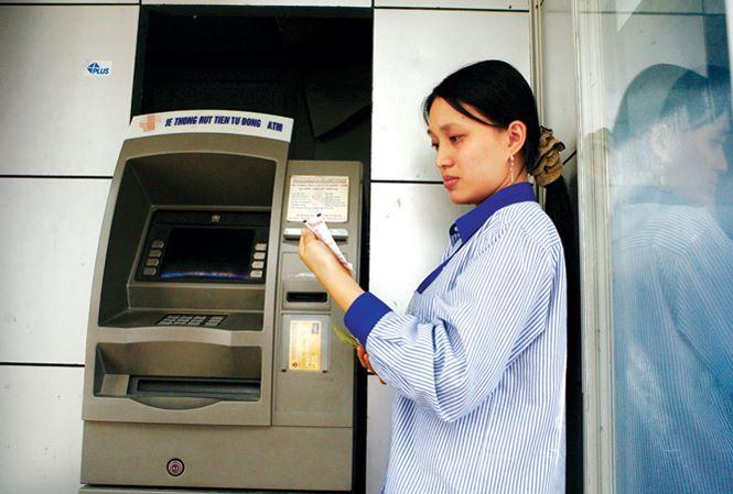 Choáng với 'rừng phí' dịch vụ ngân hàng - 1