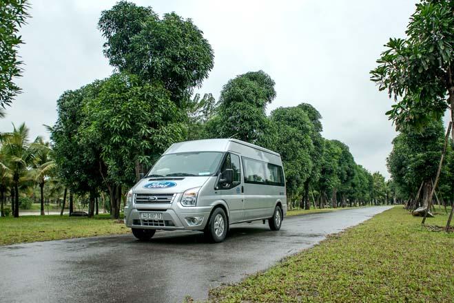Ford công bố giá bán mới cho xe khách Transit - 1