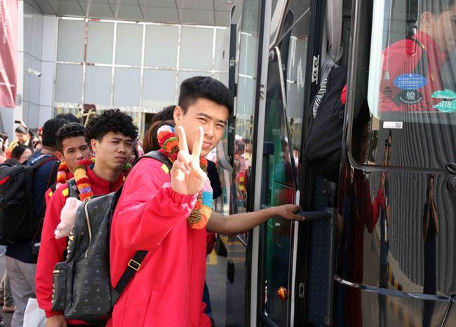 Đặt chân đến Asian Cup 2019: Duy Mạnh, Hà Đức Chinh nổi bật với balo 20 triệu đồng - 2