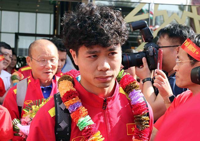 Đặt chân đến Asian Cup 2019: Duy Mạnh, Hà Đức Chinh nổi bật với balo 20 triệu đồng - 1