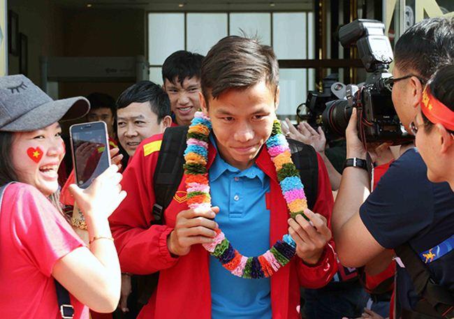 Đặt chân đến Asian Cup 2019: Duy Mạnh, Hà Đức Chinh nổi bật với balo 20 triệu đồng - 9