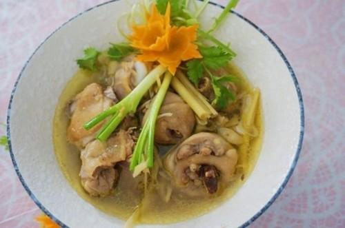 Canh gà nấu sả nóng hổi cho bữa tối mùa đông - 4