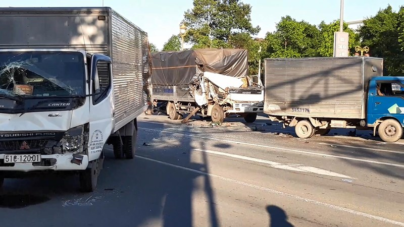 Lại xảy ra tai nạn khi dừng đèn đỏ, 6 người bị thương - 1