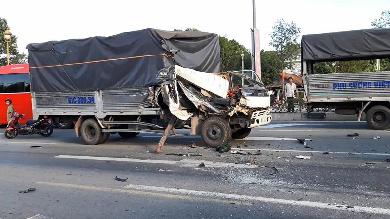 Lại xảy ra tai nạn khi dừng đèn đỏ, 6 người bị thương - 2