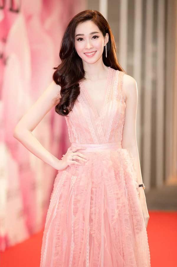 Hoa hậu Đặng Thu Thảo xuất hiện xinh đẹp, rạng rỡ bất chấp thời tiết giá lạnh - 1
