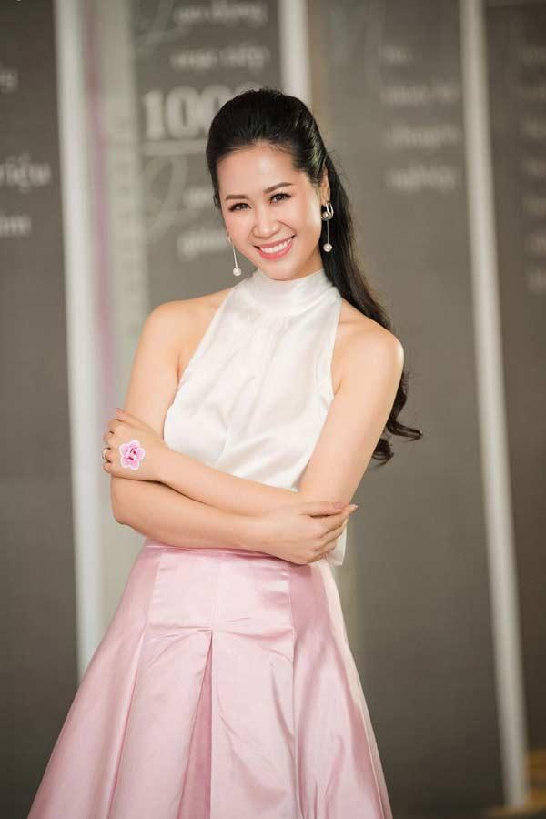 Hoa hậu Đặng Thu Thảo xuất hiện xinh đẹp, rạng rỡ bất chấp thời tiết giá lạnh - 5
