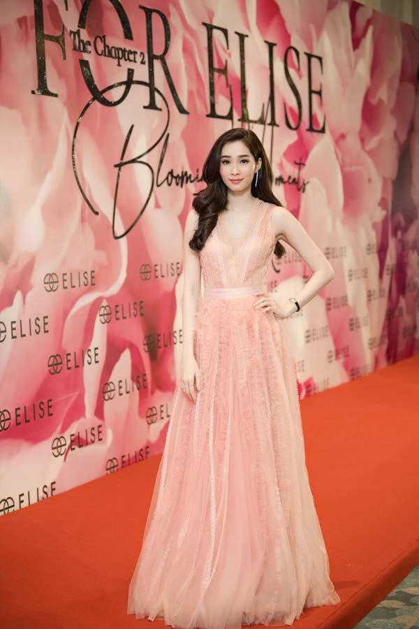 Hoa hậu Đặng Thu Thảo xuất hiện xinh đẹp, rạng rỡ bất chấp thời tiết giá lạnh - 3