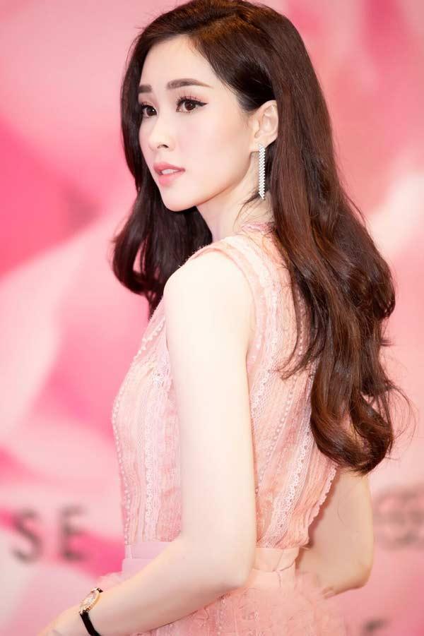 Hoa hậu Đặng Thu Thảo xuất hiện xinh đẹp, rạng rỡ bất chấp thời tiết giá lạnh