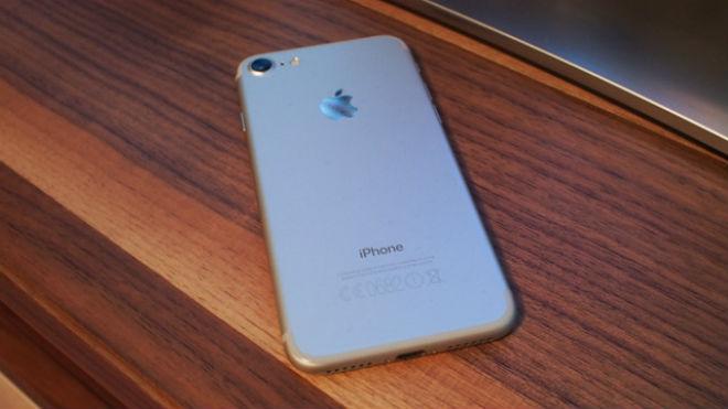 """iPhone 7 """"lướt"""" có đáng mua hơn Galaxy A7 (2018) mới? - 1"""