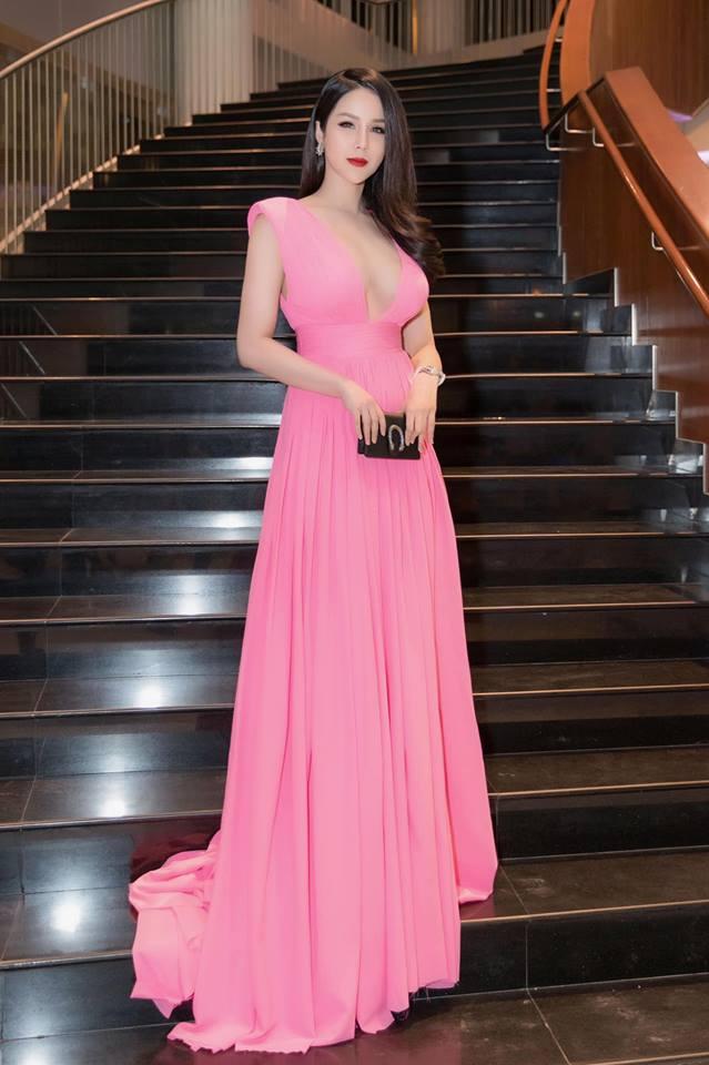 Đầu năm 2019, Diệp Lâm Anh lấn lướt loạt hoa hậu nhờ váy xẻ cổ sâu tới rốn - 2