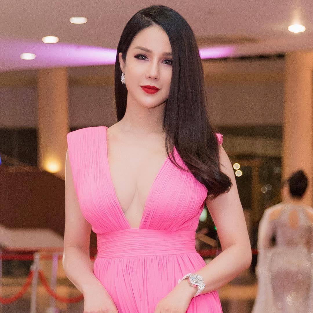 Đầu năm 2019, Diệp Lâm Anh lấn lướt loạt hoa hậu nhờ váy xẻ cổ sâu tới rốn - 1