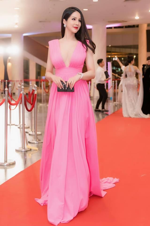Đầu năm 2019, Diệp Lâm Anh lấn lướt loạt hoa hậu nhờ váy xẻ cổ sâu tới rốn - 3