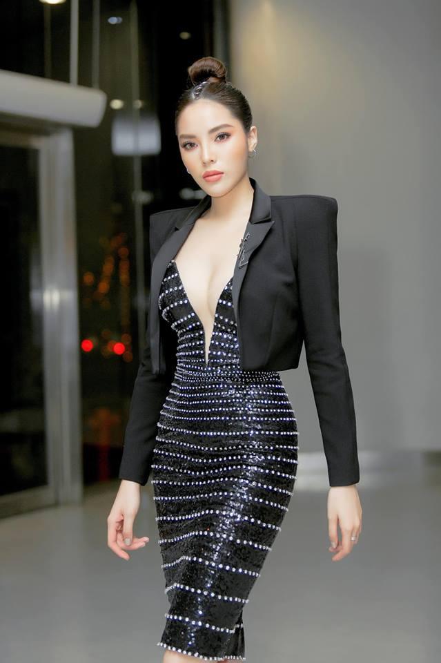 Đầu năm 2019, Diệp Lâm Anh lấn lướt loạt hoa hậu nhờ váy xẻ cổ sâu tới rốn - 9