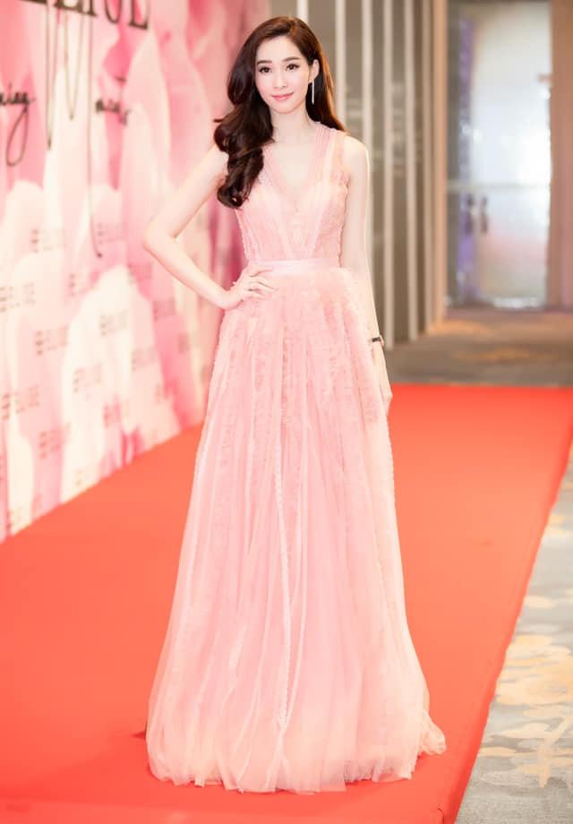 Đầu năm 2019, Diệp Lâm Anh lấn lướt loạt hoa hậu nhờ váy xẻ cổ sâu tới rốn - 8