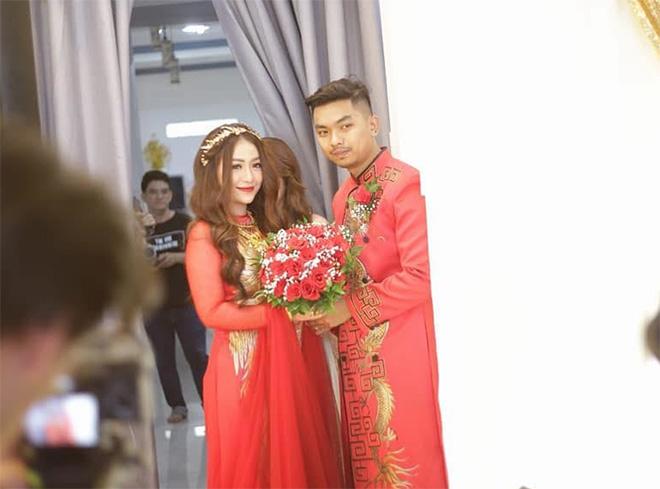 """Nữ ca sĩ đeo vàng trĩu nặng tay trong đám cưới """"khủng"""" ở Vĩnh Long là ai? - 5"""