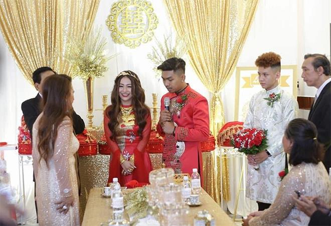 """Nữ ca sĩ đeo vàng trĩu nặng tay trong đám cưới """"khủng"""" ở Vĩnh Long là ai? - 6"""