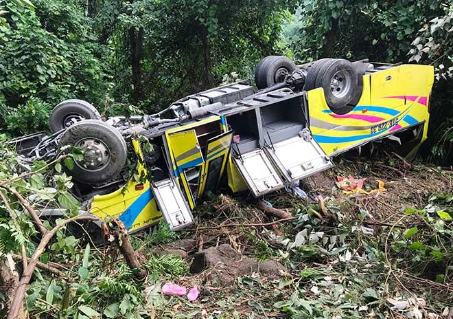 Phút giải cứu nữ sinh viên kẹt trong chiếc xe nát tươm dưới vực đèo Hải Vân - 4