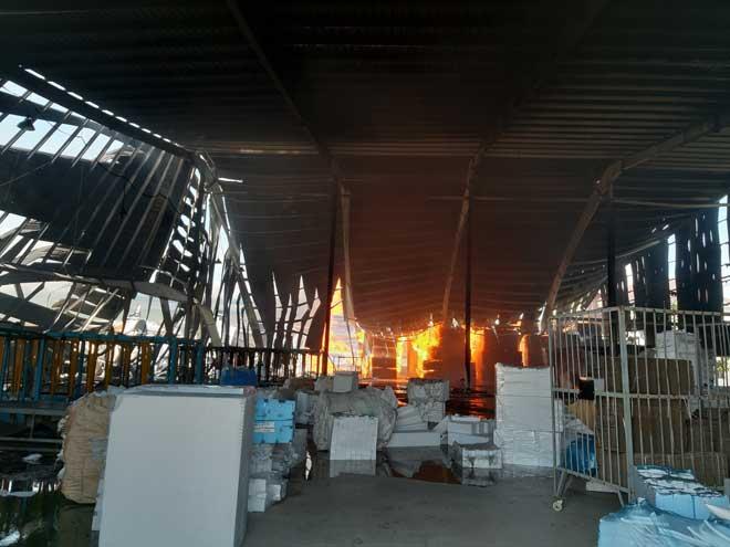 Cháy lớn tại công ty gỗ, đứng xa hơn 10km vẫn thấy khói lửa bốc cao - 1