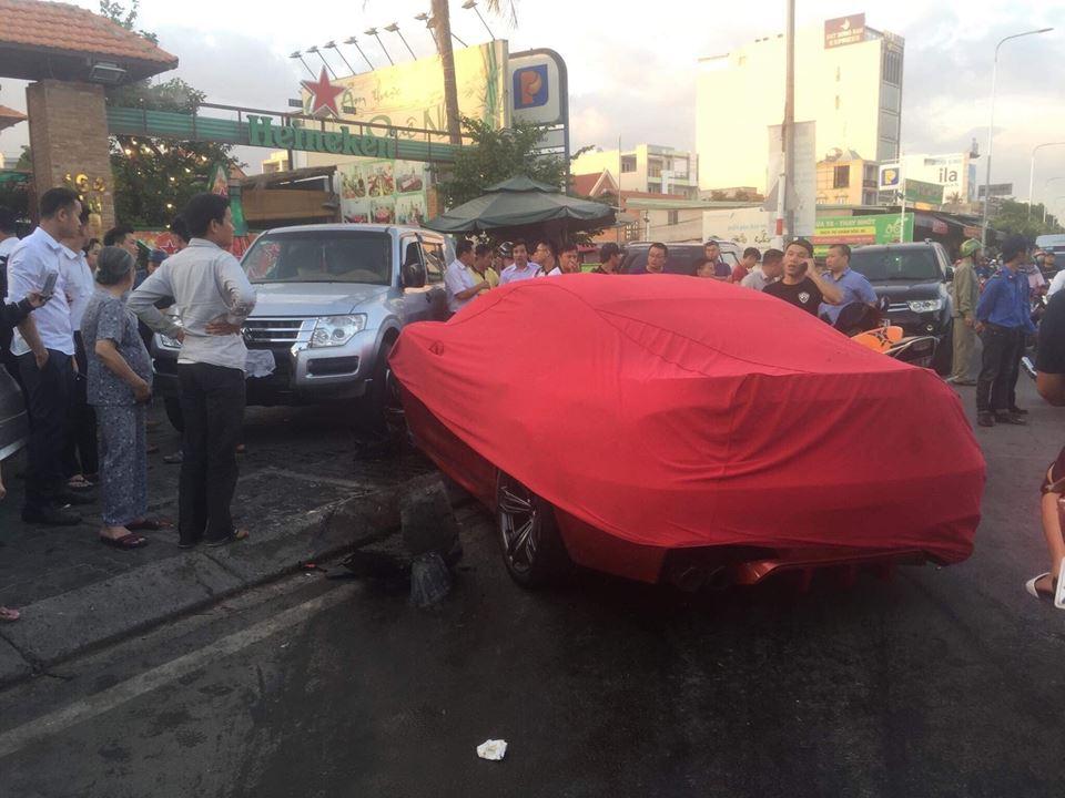 Xế hộp siêu sang tông hàng loạt ô tô và xe máy ở Sài Gòn - 2