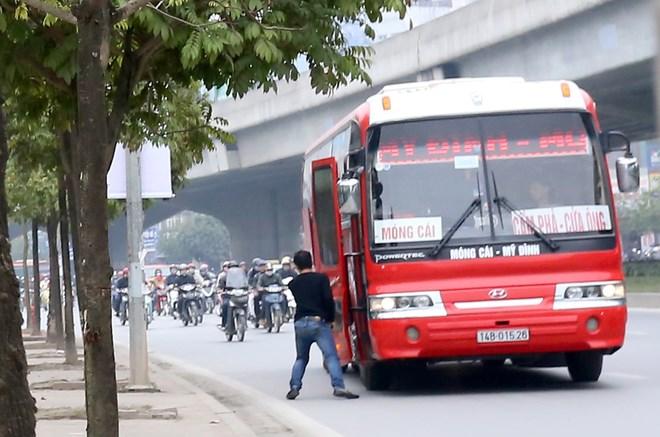 Bắt khách dọc đường sẽ bị phạt tiền và tước Giấy phép lái xe. Ảnh: Báo Giao thông