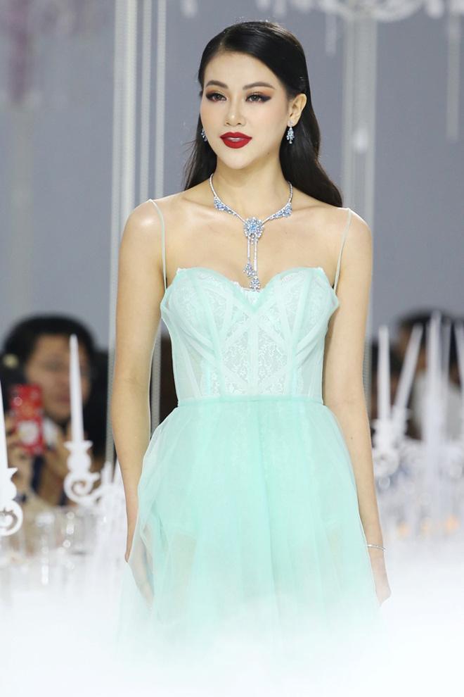 Hoàng Yến, Minh Tú và dàn hoa hậu đọ khả năng catwalk cùng trang sức đẳng cấp - 2
