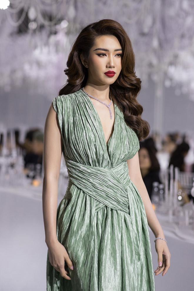 Hoàng Yến, Minh Tú và dàn hoa hậu đọ khả năng catwalk cùng trang sức đẳng cấp - 3