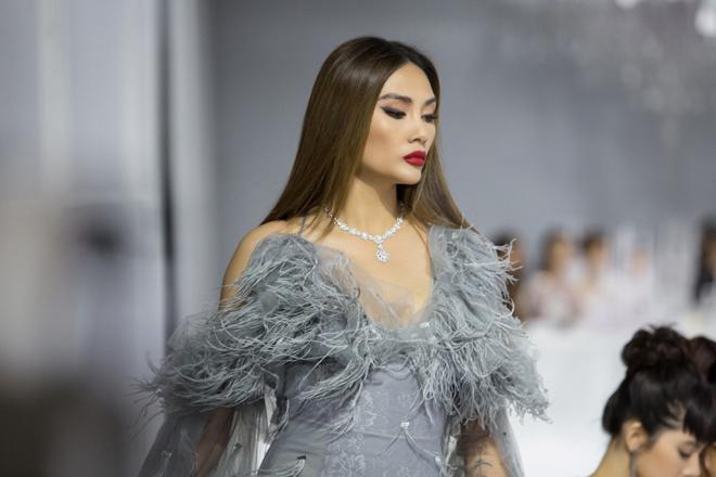 Hoàng Yến, Minh Tú và dàn hoa hậu đọ khả năng catwalk cùng trang sức đẳng cấp - 5