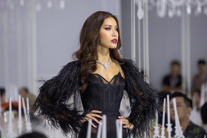 Hoàng Yến, Minh Tú và dàn hoa hậu đọ khả năng catwalk cùng trang sức đẳng cấp - 6