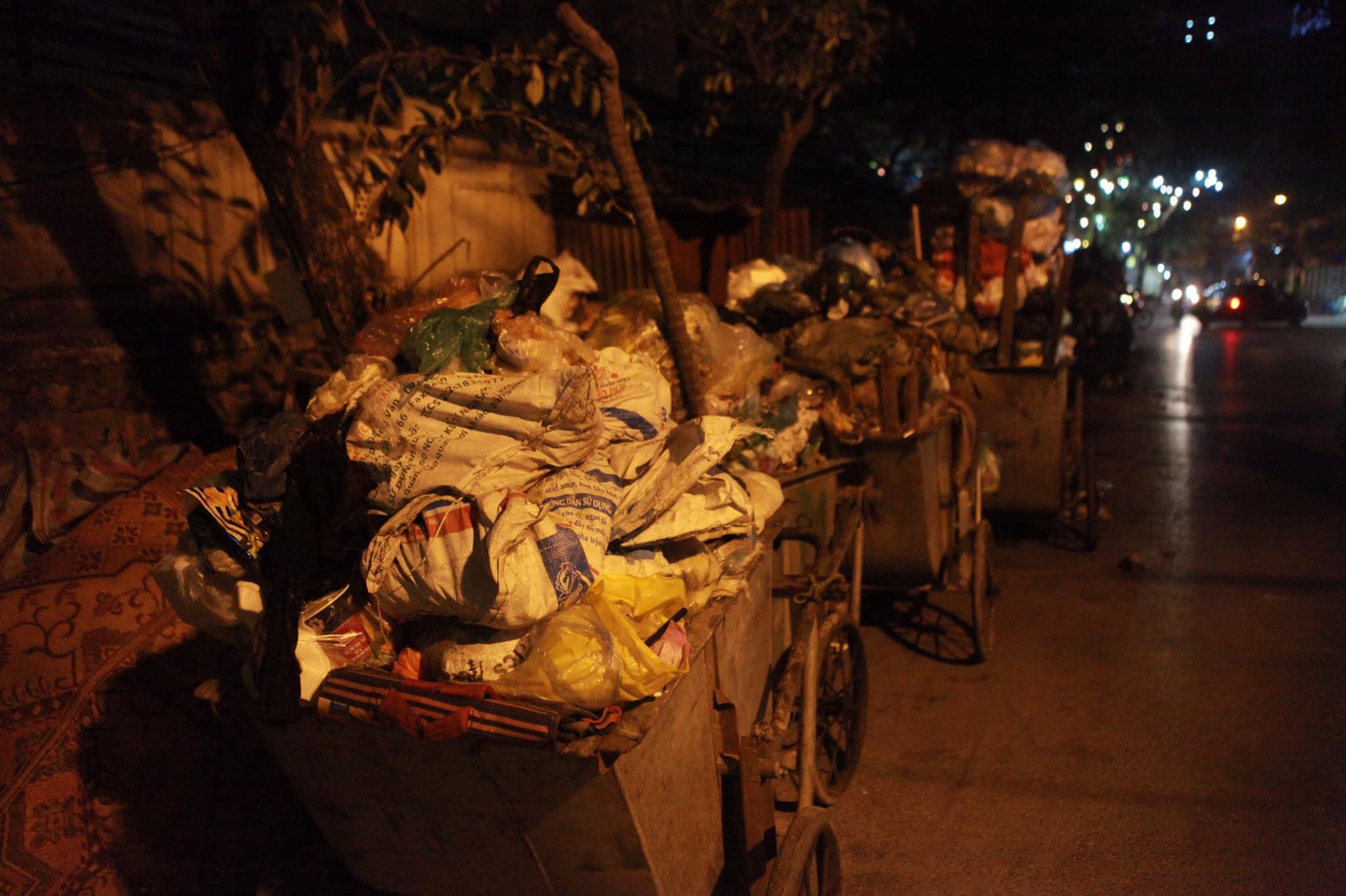"""Phát hoảng với những """"núi rác"""" bốc mùi xú uế khắp phố phường Hà Nội - 2"""
