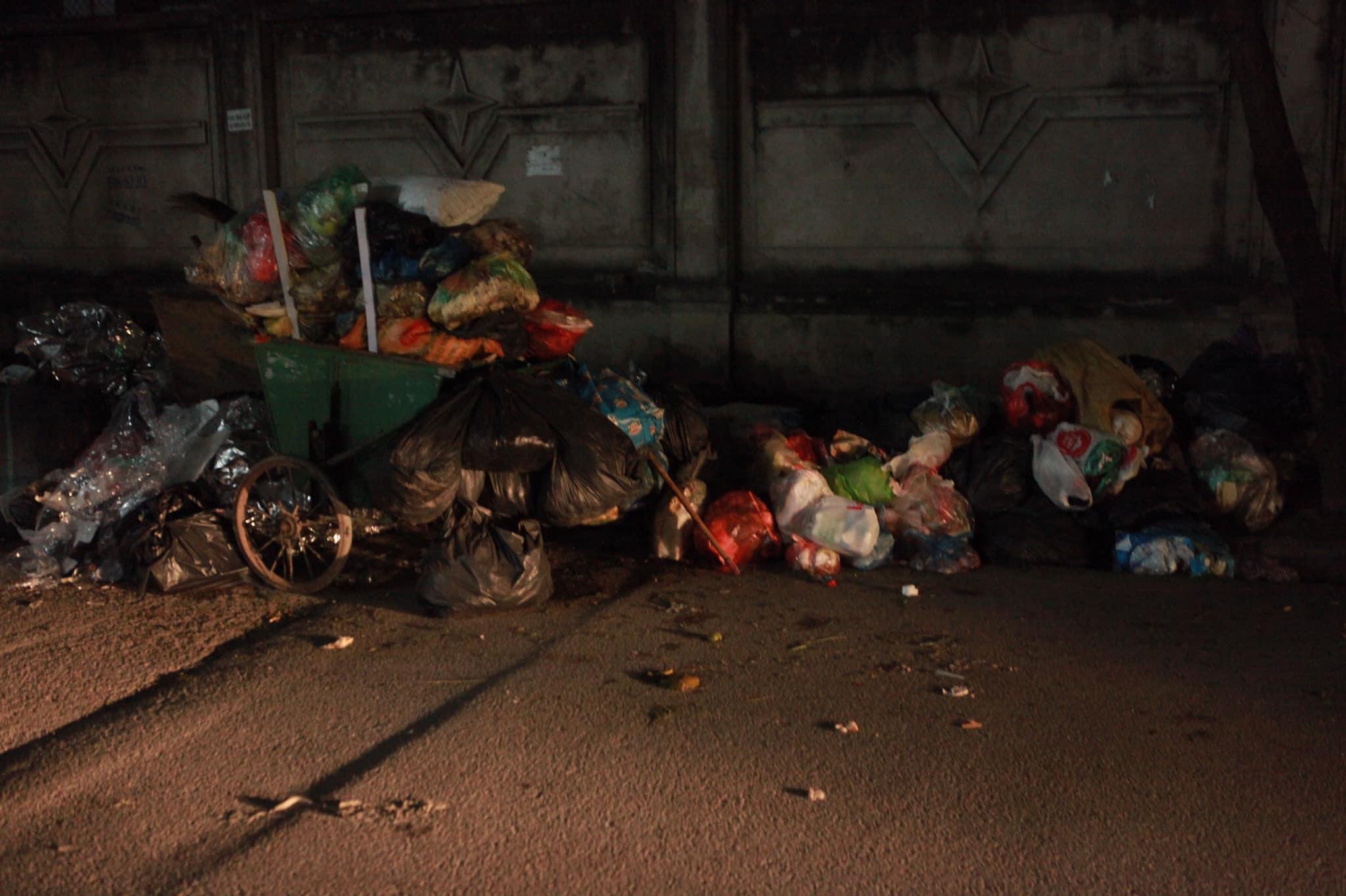 """Phát hoảng với những """"núi rác"""" bốc mùi xú uế khắp phố phường Hà Nội - 3"""