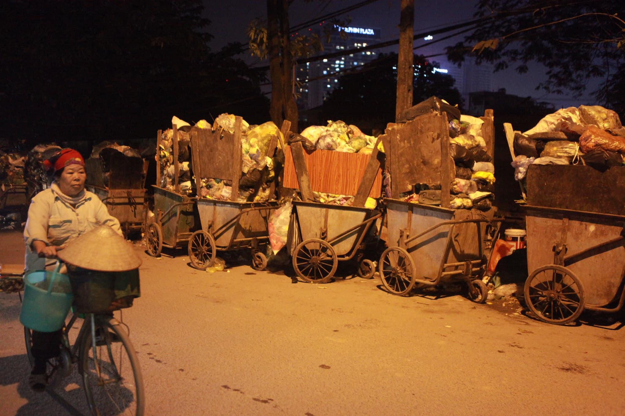 """Phát hoảng với những """"núi rác"""" bốc mùi xú uế khắp phố phường Hà Nội - 1"""