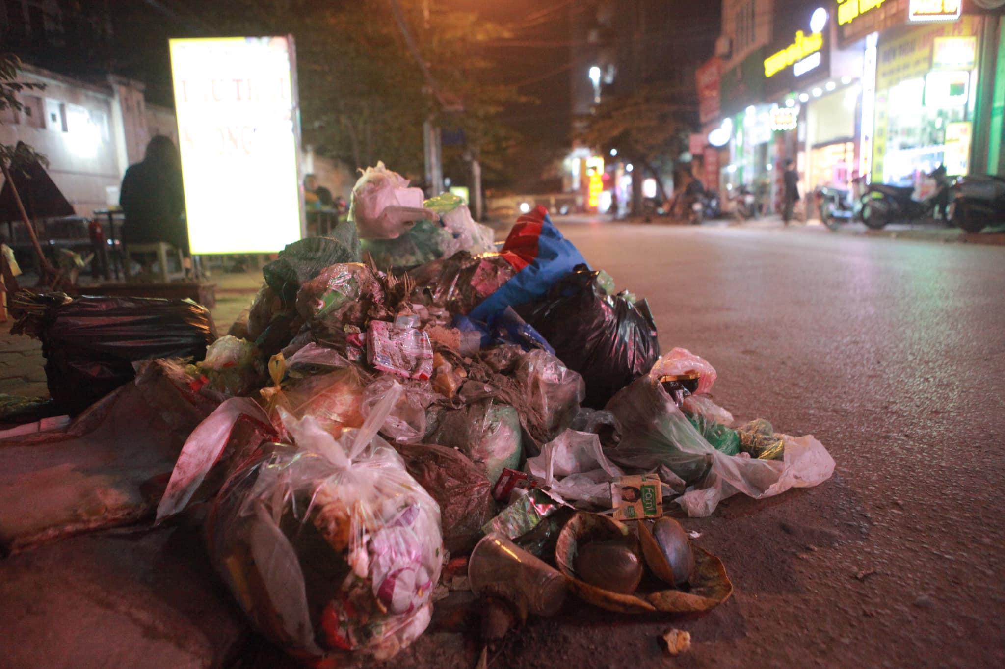 """Phát hoảng với những """"núi rác"""" bốc mùi xú uế khắp phố phường Hà Nội - 9"""