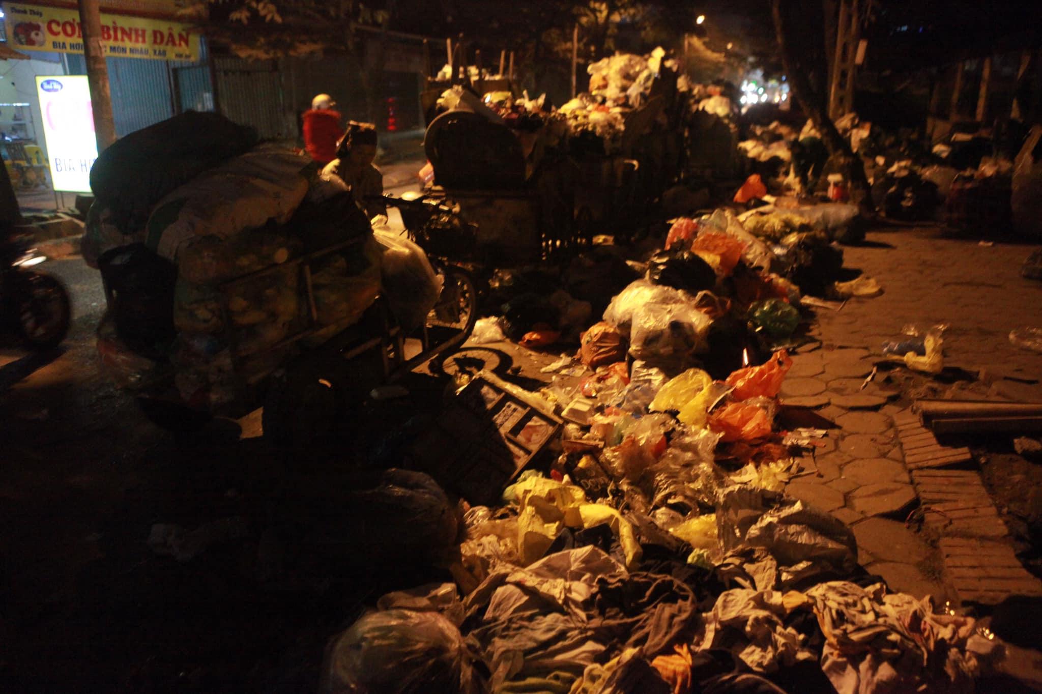 """Phát hoảng với những """"núi rác"""" bốc mùi xú uế khắp phố phường Hà Nội - 7"""