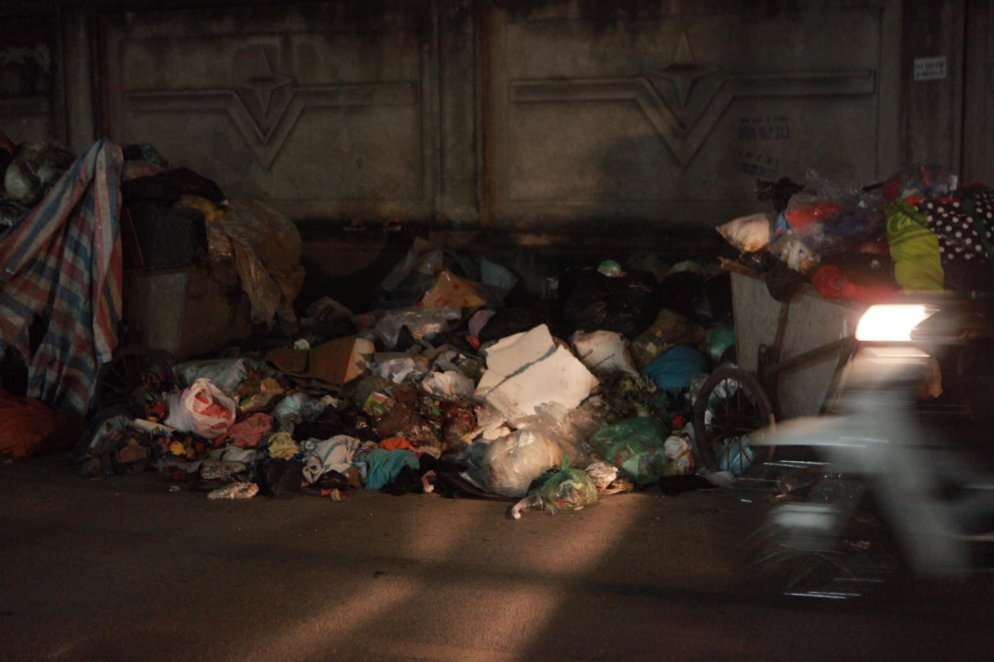 """Phát hoảng với những """"núi rác"""" bốc mùi xú uế khắp phố phường Hà Nội - 6"""