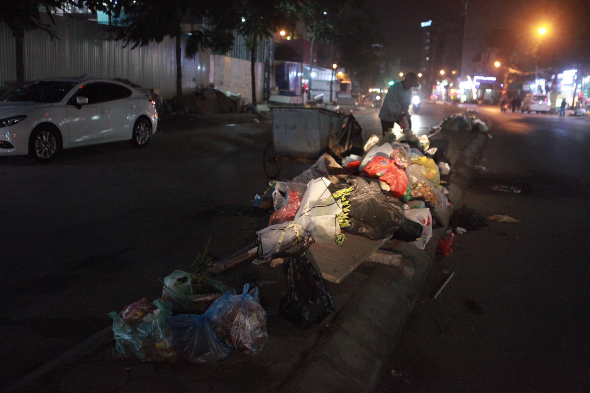 """Phát hoảng với những """"núi rác"""" bốc mùi xú uế khắp phố phường Hà Nội - 8"""