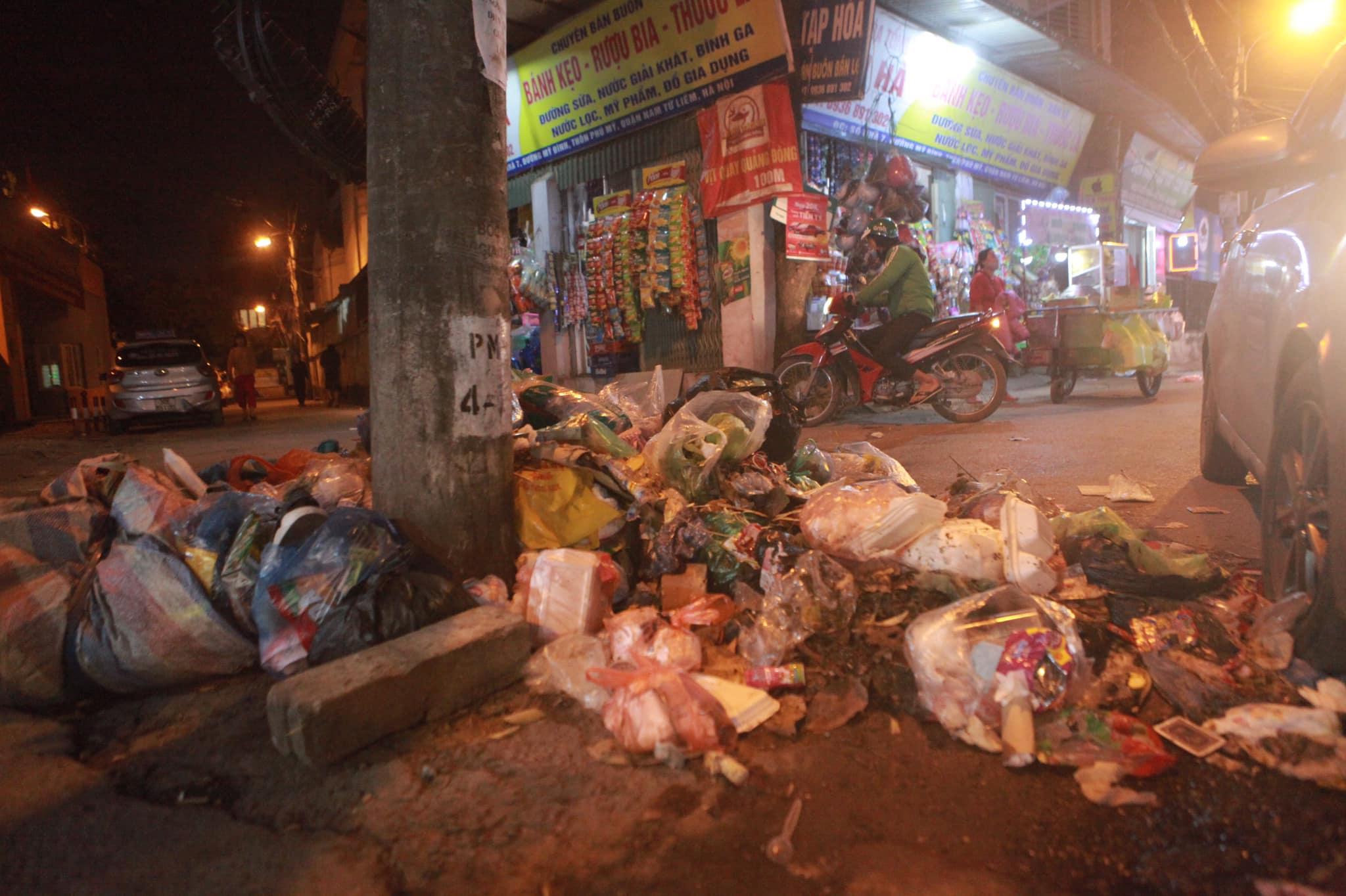 """Phát hoảng với những """"núi rác"""" bốc mùi xú uế khắp phố phường Hà Nội - 5"""