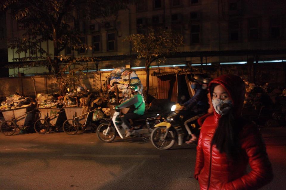 """Phát hoảng với những """"núi rác"""" bốc mùi xú uế khắp phố phường Hà Nội - 10"""