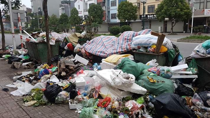 """Phát hoảng với những """"núi rác"""" bốc mùi xú uế khắp phố phường Hà Nội - 13"""