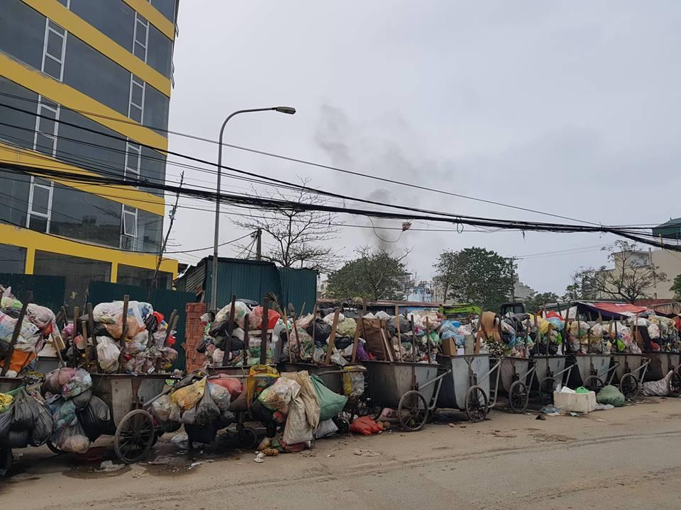 """Phát hoảng với những """"núi rác"""" bốc mùi xú uế khắp phố phường Hà Nội - 14"""